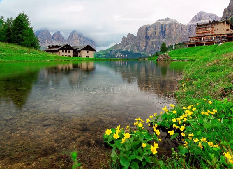 Όμορφη άποψη όχθεων της λίμνης των δύσκολων βουνών sassolungo-Sassopiatto στοκ φωτογραφία με δικαίωμα ελεύθερης χρήσης