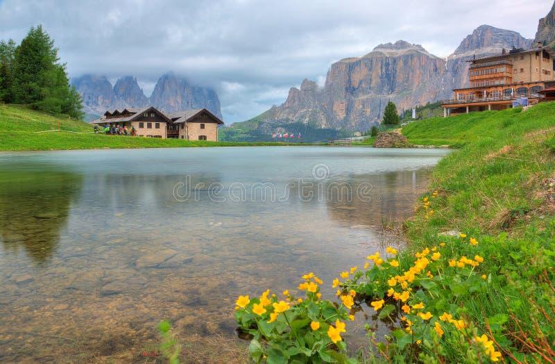 Όμορφη άποψη όχθεων της λίμνης των δύσκολων βουνών sassolungo-Sassopiatto langkofel-Plattkofel & της ομάδας Sella στο πέρασμα Por στοκ εικόνα με δικαίωμα ελεύθερης χρήσης