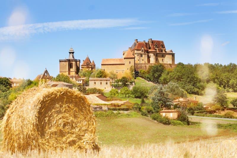 Όμορφη άποψη Chateau de Biron του συνόλου στοκ εικόνες