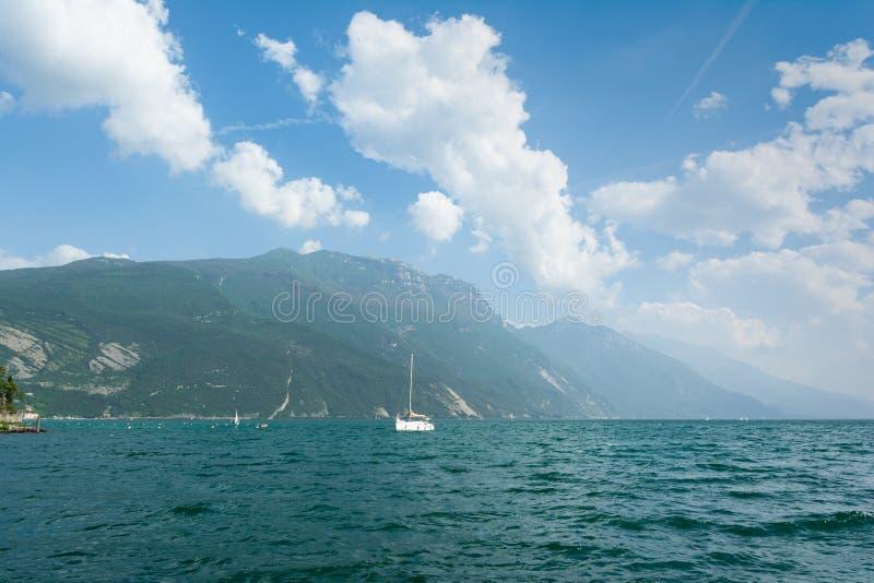 Όμορφη άποψη Lago Di Garda της ακτής Riva Del Garda, Ιταλία στοκ φωτογραφία