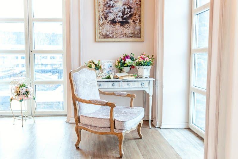Όμορφη άσπρη φωτεινή καθαρή εσωτερική κρεβατοκάμαρα στο πολυτελές μπαρόκ ύφος απεικόνιση αποθεμάτων