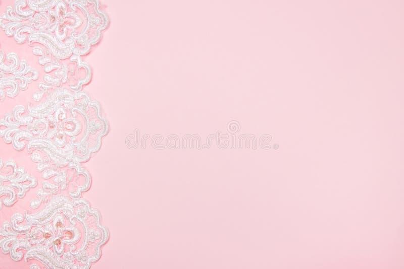 Όμορφη άσπρη floral δαντέλλα σε ένα ρόδινο υπόβαθρο στοκ εικόνες με δικαίωμα ελεύθερης χρήσης