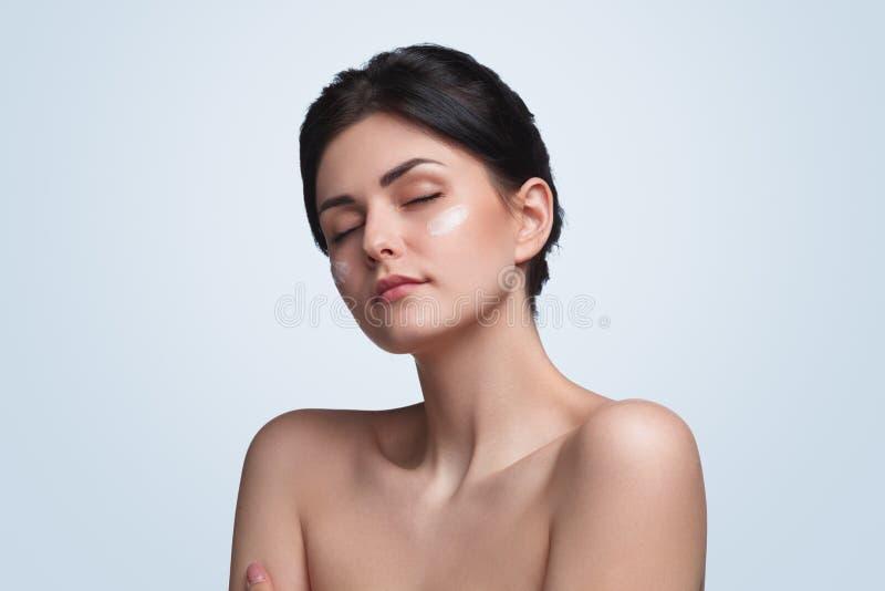 Όμορφη άψογη γυναίκα με το καθαρό δέρμα στοκ φωτογραφίες με δικαίωμα ελεύθερης χρήσης