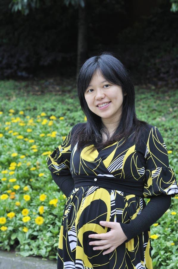 Όμορφη έγκυος ασιατική γυναίκα στοκ εικόνα με δικαίωμα ελεύθερης χρήσης