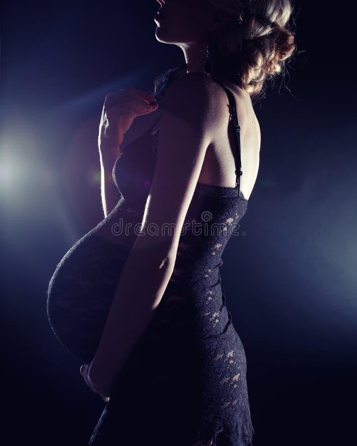 Όμορφη έγκυος γυναίκα στοκ εικόνα με δικαίωμα ελεύθερης χρήσης
