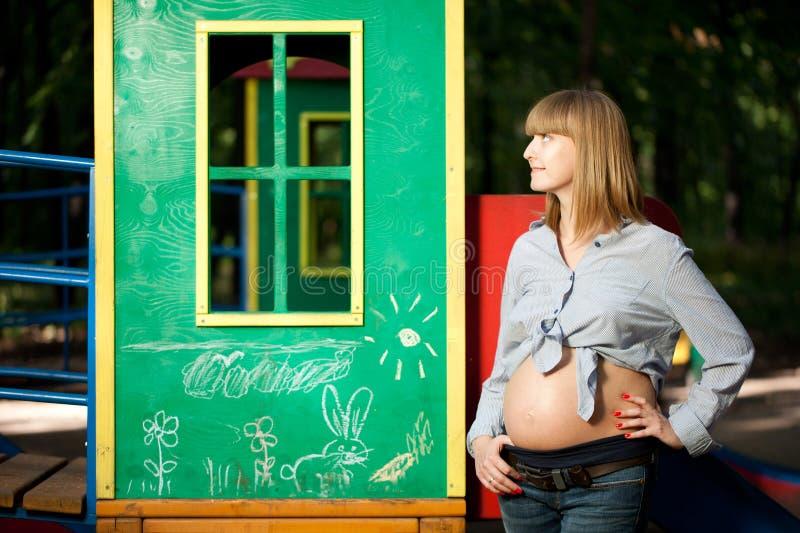 Όμορφη έγκυος γυναίκα στοκ εικόνες με δικαίωμα ελεύθερης χρήσης