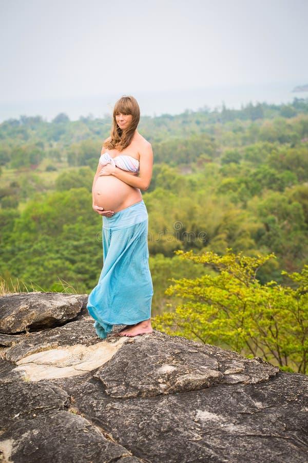 όμορφη έγκυος χαλαρώνοντ&al στοκ φωτογραφίες