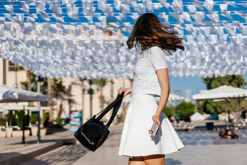Όμορφη ένδυση brunette γυναικών νέα στο άσπρο φόρεμα στοκ φωτογραφία με δικαίωμα ελεύθερης χρήσης