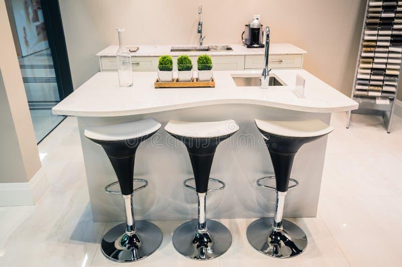 Όμορφη έννοια κουζινών πρόσκλησης σύγχρονη μοντέρνη με τις καρέκλες και να δειπνήσει τον πίνακα στοκ φωτογραφίες