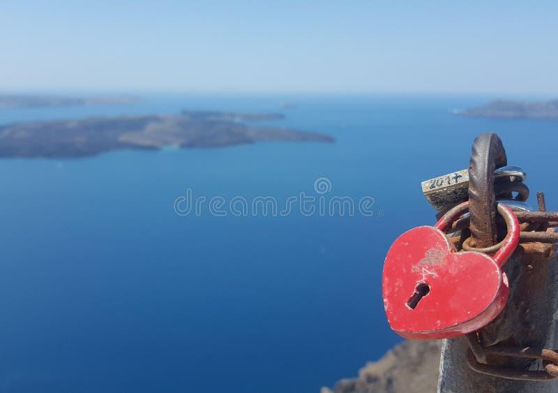 Όμορφη ένωση κλειδαριών καρδιών στο κιγκλίδωμα της γέφυρας ενάντια στο μπλε ουρανό και τη θάλασσα στοκ εικόνα