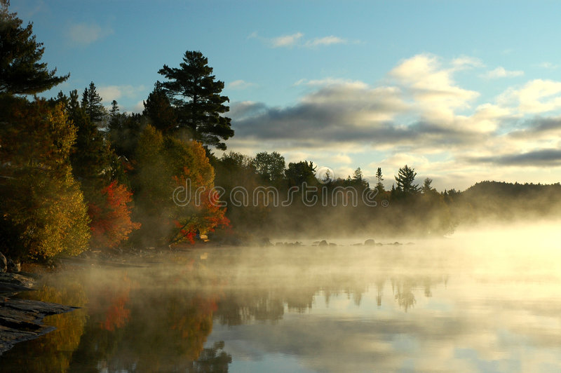 όμορφη ήρεμη λίμνη κόλπων πέρα από την ανατολή στοκ φωτογραφία με δικαίωμα ελεύθερης χρήσης