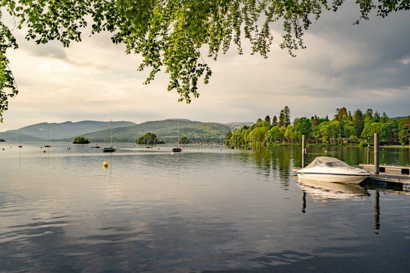 Όμορφη ήρεμη λίμνη το θερινά βράδυ και το ηλιοβασίλεμα στοκ εικόνα με δικαίωμα ελεύθερης χρήσης