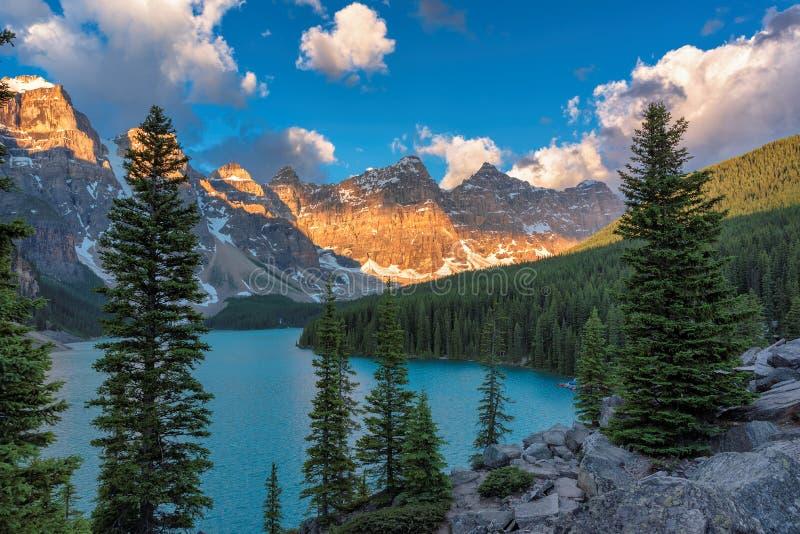 Όμορφη λίμνη Moraine στην ανατολή στο εθνικό πάρκο Banff, Αλμπέρτα, Καναδάς στοκ εικόνες