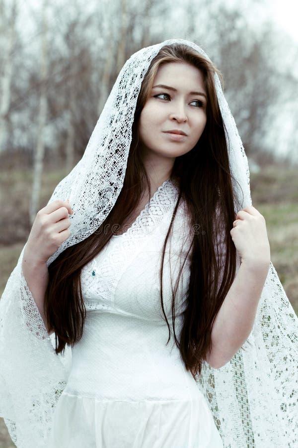 Όμορφη αθώα γυναίκα στο άσπρο φόρεμα στοκ εικόνες με δικαίωμα ελεύθερης χρήσης