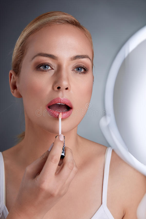 Όμορφη αισθησιακή γυναίκα που βάζει την χείλι-ερμηνεία στοκ εικόνες