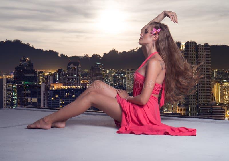 Όμορφη αισθησιακή γυναίκα στη στέγη στοκ εικόνα με δικαίωμα ελεύθερης χρήσης