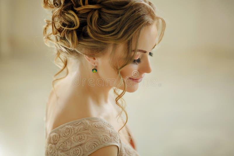 Όμορφη αισθησιακή νέα ξανθή γυναίκα που χαμογελά και που κοιτάζει κάτω Por στοκ φωτογραφία
