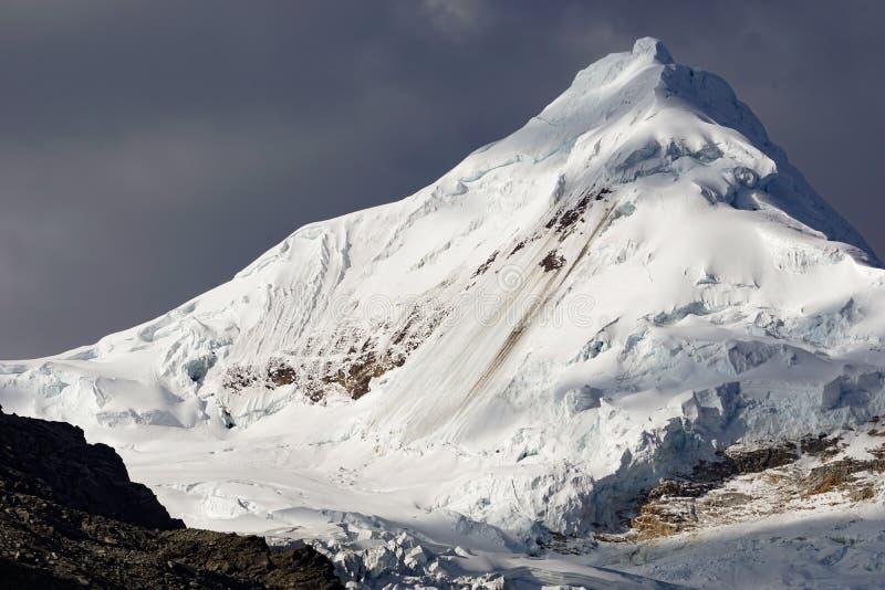 Όμορφη αιχμή βουνών χιονιού και πάγου στο φως βραδιού κάτω από έναν εκφραστικό ουρανό στοκ φωτογραφία