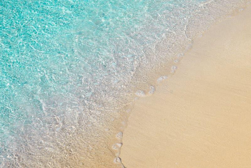 Όμορφη ακτή με το σαφείς διαφανείς μπλε νερό και την άμμο στοκ φωτογραφία με δικαίωμα ελεύθερης χρήσης