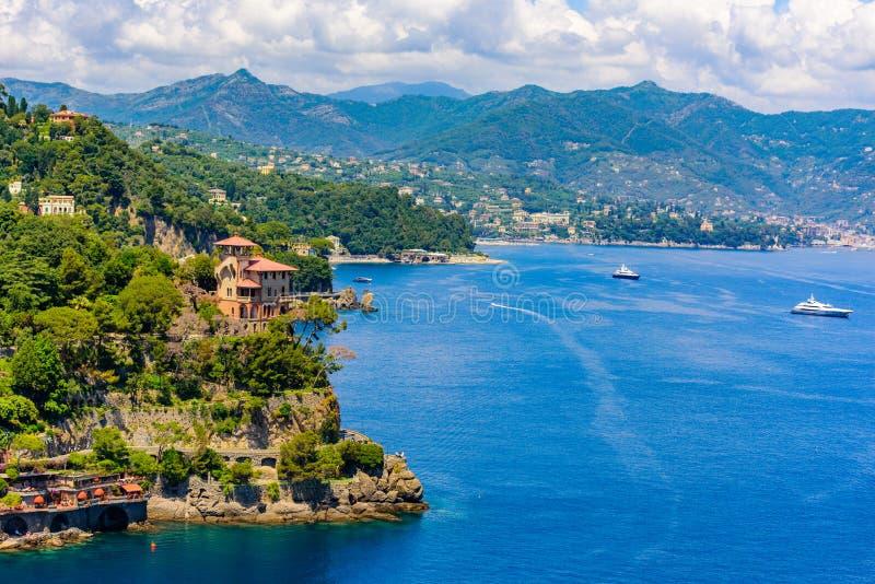Όμορφη ακτή σε Portofino, Ιταλία - γιοτ σε λίγο λιμάνι κόλπων Επαρχία της Λιγυρίας, Γένοβα, Ιταλία Ιταλικό ψαροχώρι με στοκ εικόνα με δικαίωμα ελεύθερης χρήσης