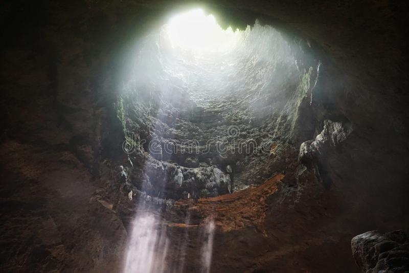 Όμορφη ακτίνα του φωτός μέσα στη σπηλιά Jomblang στοκ φωτογραφία