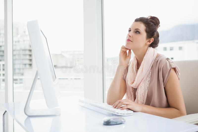 Όμορφη δακτυλογράφηση επιχειρηματιών στο πληκτρολόγιο και σκέψη στοκ φωτογραφίες με δικαίωμα ελεύθερης χρήσης
