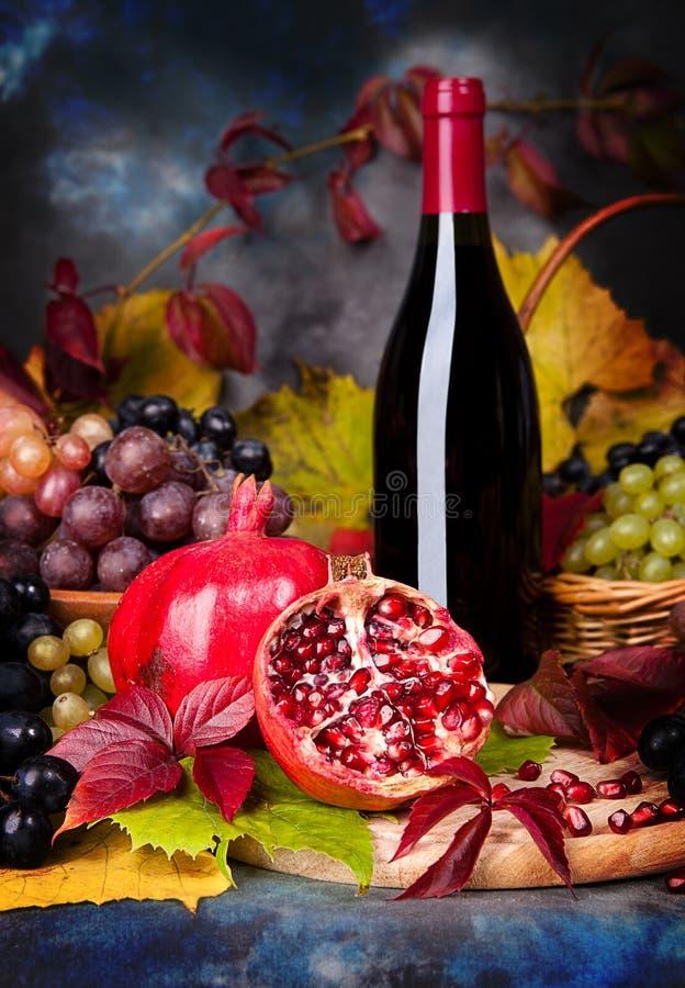 Όμορφη ακόμα ζωή με τα γυαλιά κρασιού, σταφύλια, ρόδι στοκ εικόνες