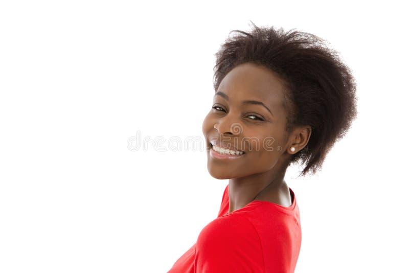 Όμορφη αμερικανική νέα γυναίκα afro στο κόκκινο που απομονώνεται πέρα από το λευκό στοκ εικόνες