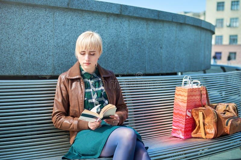 Όμορφη ανάγνωση γυναικών στον πάγκο στοκ φωτογραφία με δικαίωμα ελεύθερης χρήσης