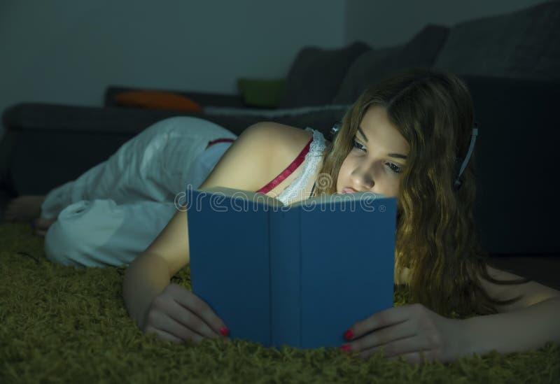 όμορφη ανάγνωση κοριτσιών β στοκ εικόνες με δικαίωμα ελεύθερης χρήσης