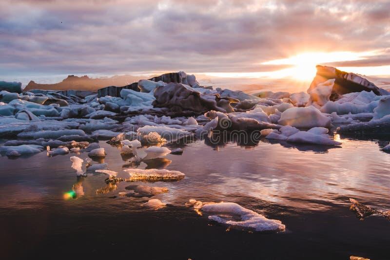 Όμορφη ανατολή ηλιοβασιλέματος στη λιμνοθάλασσα Jokulsarlon Ισλανδία παγετώνων στοκ φωτογραφία