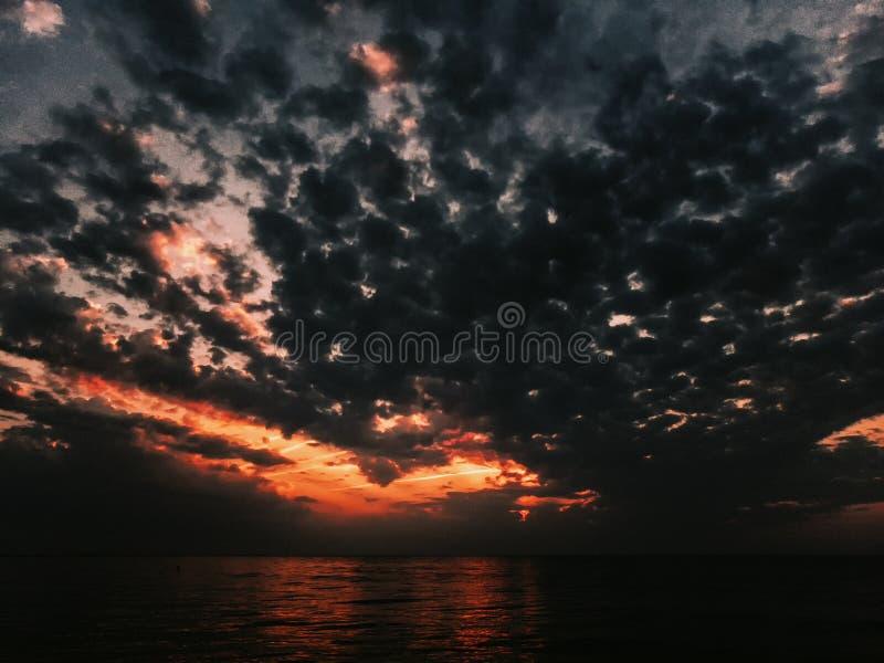 Όμορφη ανατολή πρωινού επάνω από το ωκεάνιο νερό στοκ φωτογραφία με δικαίωμα ελεύθερης χρήσης