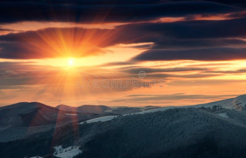 Όμορφη ανατολή στα χειμερινά βουνά Δραματικός νεφελώδης πέρα από τον ουρανό στοκ φωτογραφία με δικαίωμα ελεύθερης χρήσης