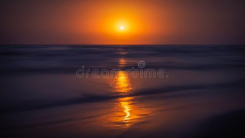 όμορφη ανατολή του φεγγαριού χρωμάτων πέρα από τον ουρανό θάλασσας στοκ φωτογραφίες