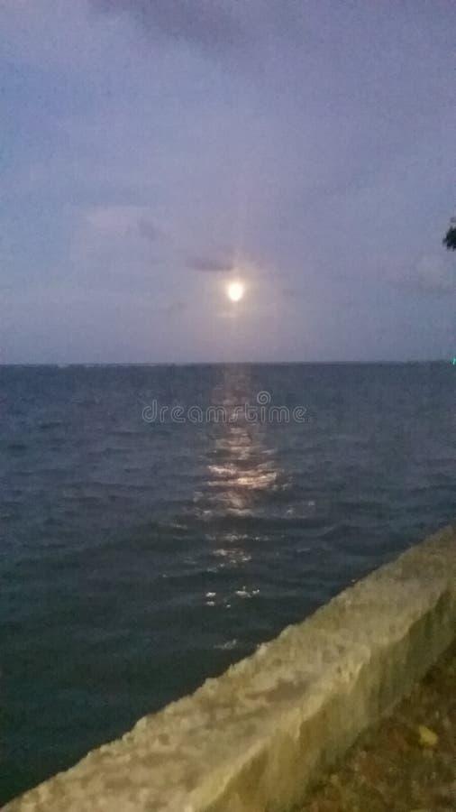 όμορφη ανατολή του φεγγαριού χρωμάτων πέρα από τον ουρανό θάλασσας στοκ φωτογραφία με δικαίωμα ελεύθερης χρήσης
