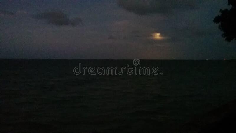 όμορφη ανατολή του φεγγαριού χρωμάτων πέρα από τον ουρανό θάλασσας στοκ εικόνα