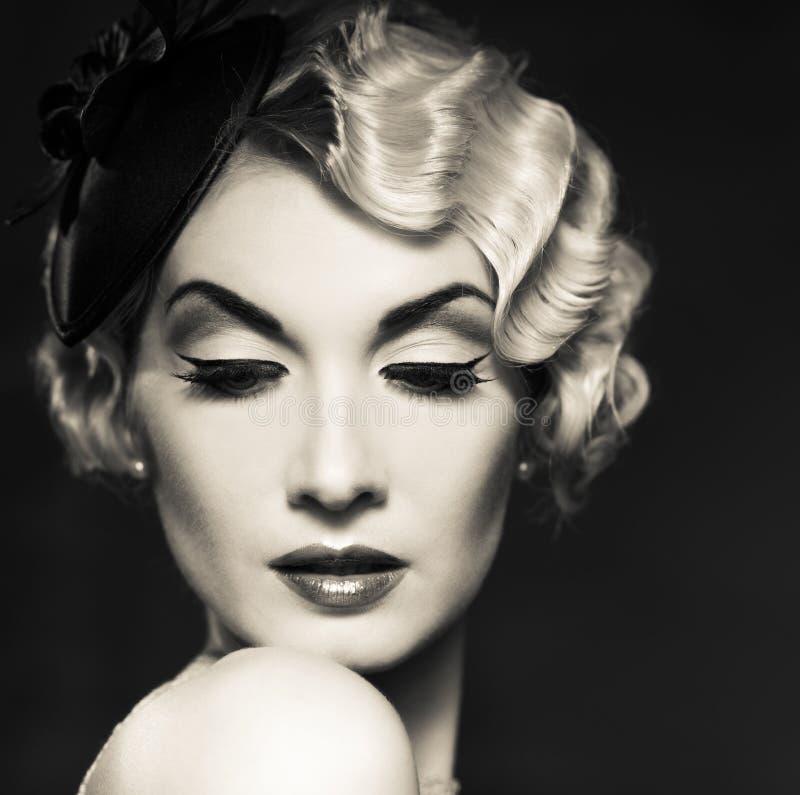 Όμορφη αναδρομική γυναίκα στοκ εικόνα με δικαίωμα ελεύθερης χρήσης