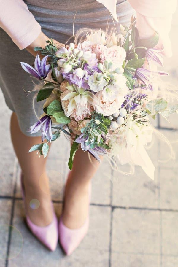 Όμορφη ανθοδέσμη με τα λεπτά λουλούδια Ρόδινος-άσπρος-πορφυρή ανθοδέσμη Νυφική ανθοδέσμη στα θηλυκά χέρια στοκ εικόνες