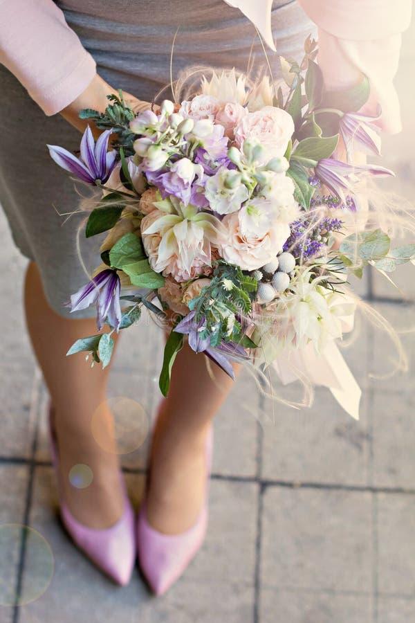 Όμορφη ανθοδέσμη με τα λεπτά λουλούδια Ρόδινος-άσπρος-πορφυρή ανθοδέσμη Νυφική ανθοδέσμη στα θηλυκά χέρια στοκ φωτογραφίες