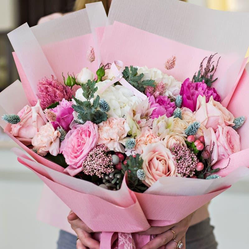 Όμορφη ανθοδέσμη στο ρόδινο τυλίγοντας έγγραφο Τριαντάφυλλα και άλλα λεπτά όμορφα λουλούδια στοκ φωτογραφίες