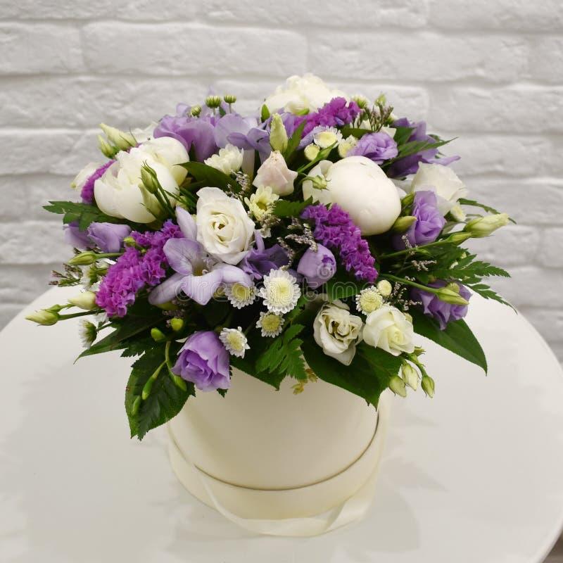 Όμορφη ανθοδέσμη των ζωηρόχρωμων λουλουδιών στο κιβώτιο καπέλων στοκ φωτογραφίες