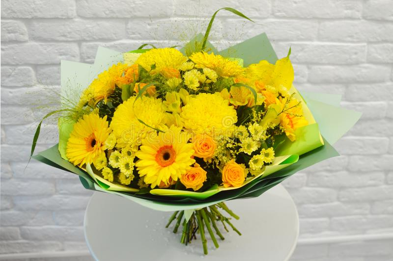 Όμορφη ανθοδέσμη των κίτρινων λουλουδιών σε ένα άσπρο υπόβαθρο στενό στοκ φωτογραφία