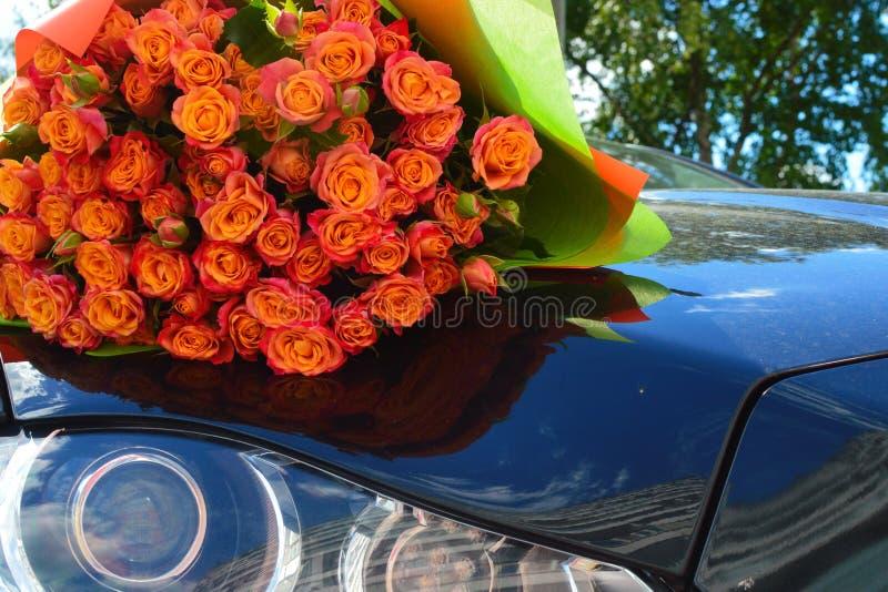 Όμορφη ανθοδέσμη των ροδαλών θάμνων σε μια καλύπτρα αυτοκινήτων στοκ εικόνα