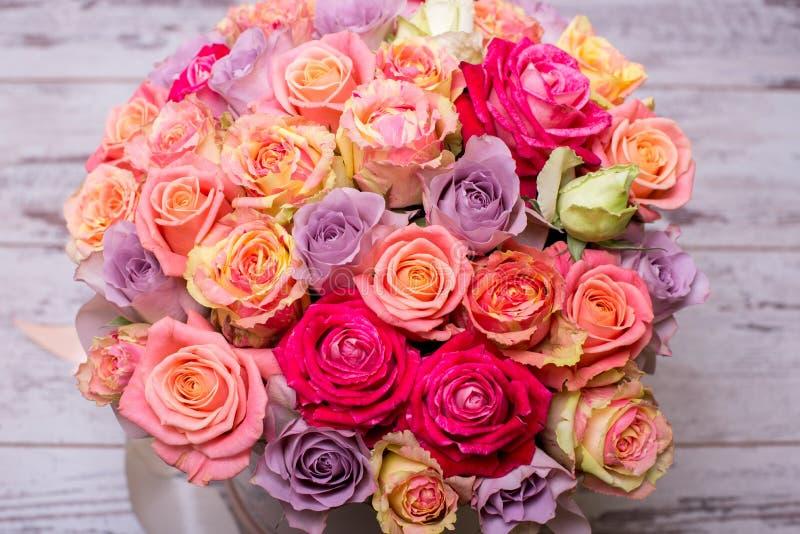 Όμορφη ανθοδέσμη των τριαντάφυλλων σε ένα κιβώτιο δώρων ρόδινα τριαντάφυλλα ανθο& Ρόδινη κινηματογράφηση σε πρώτο πλάνο τριαντάφυ στοκ εικόνες