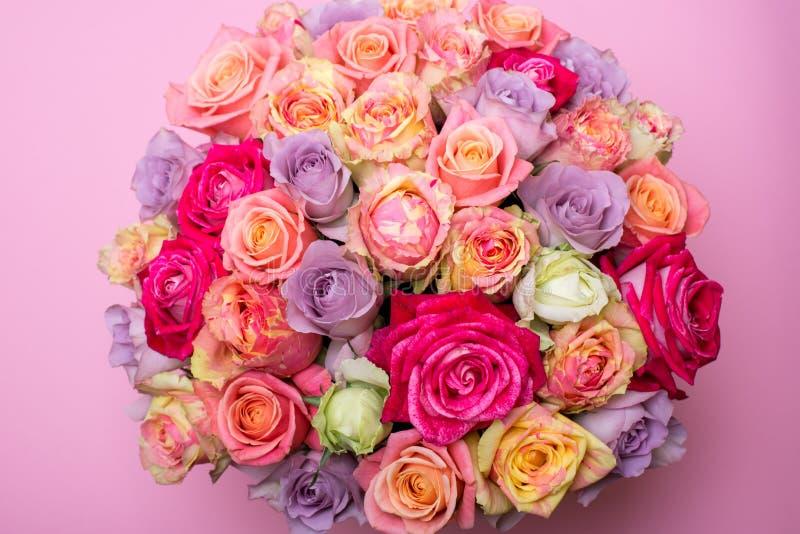 Όμορφη ανθοδέσμη των τριαντάφυλλων σε ένα κιβώτιο δώρων ρόδινα τριαντάφυλλα ανθο& Ρόδινη κινηματογράφηση σε πρώτο πλάνο τριαντάφυ στοκ εικόνα