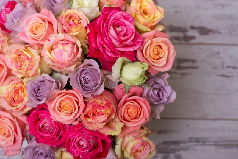 Όμορφη ανθοδέσμη των τριαντάφυλλων σε ένα κιβώτιο δώρων ρόδινα τριαντάφυλλα ανθο& Ρόδινη κινηματογράφηση σε πρώτο πλάνο τριαντάφυ στοκ φωτογραφία
