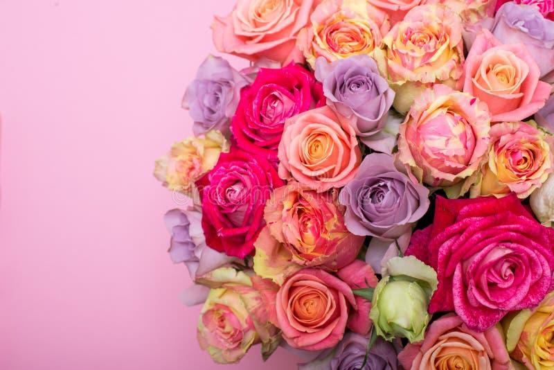 Όμορφη ανθοδέσμη των τριαντάφυλλων σε ένα κιβώτιο δώρων ρόδινα τριαντάφυλλα ανθο& Ρόδινη κινηματογράφηση σε πρώτο πλάνο τριαντάφυ στοκ εικόνα με δικαίωμα ελεύθερης χρήσης