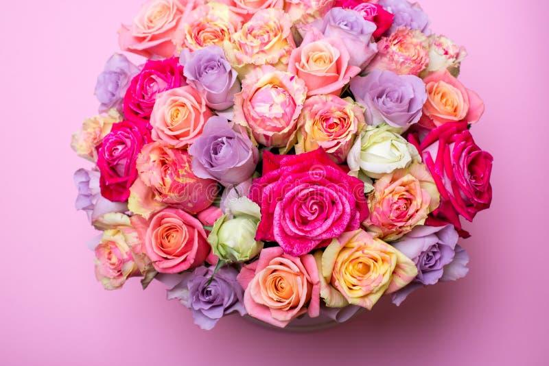 Όμορφη ανθοδέσμη των τριαντάφυλλων σε ένα κιβώτιο δώρων ρόδινα τριαντάφυλλα ανθο& Ρόδινη κινηματογράφηση σε πρώτο πλάνο τριαντάφυ στοκ φωτογραφία με δικαίωμα ελεύθερης χρήσης