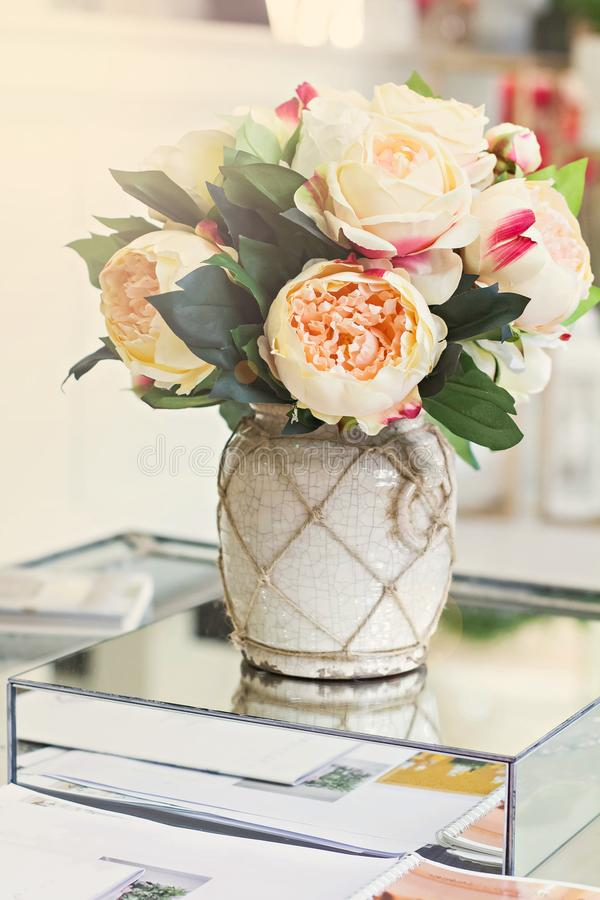 Όμορφη ανθοδέσμη των peonies σε ένα βάζο στοκ φωτογραφία με δικαίωμα ελεύθερης χρήσης