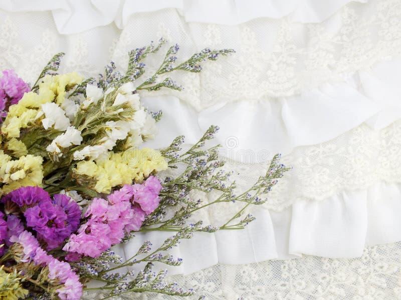 Όμορφη ανθοδέσμη λουλουδιών statice με τη σύσταση του υποβάθρου υφάσματος στοκ εικόνα με δικαίωμα ελεύθερης χρήσης
